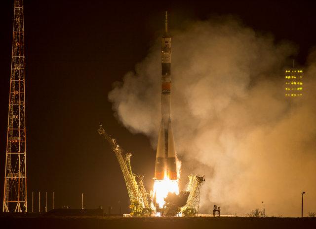 La navicella spaziale Soyuz TMA-16M al momento del decollo in cima a un razzo Soyuz (Foto NASA/Bill Ingalls)