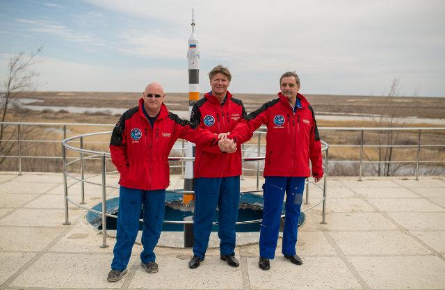 L'astronauta Scott Kelly e i cosmonauti Gennady Padalka e Mikhail Kornienko davanti a un modello del razzo Soyuz usato per il lancio (Foto NASA/Bill Ingalls)