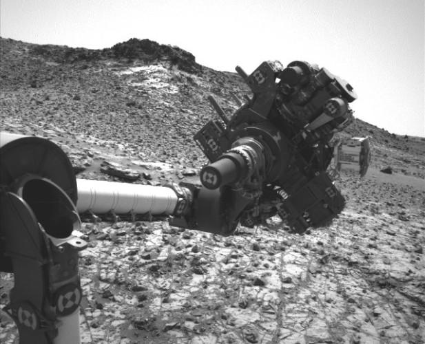 Il braccio robotico del Mars Rover Curiosity nella posizione in cui è rimasto bloccato dopo il corto circuito del 27 febbraio 2015 (Foto NASA/JPL-Caltech/MSSS)