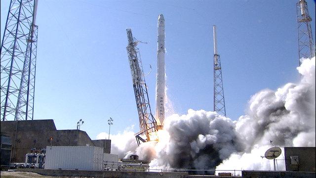 La navicella spaziale Dragon di SpaceX inizia la missione CRS-6 decollando su un razzo vettore Falcon 9 (Foto NASA)