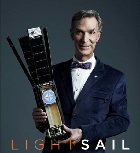 Bill Nye con in mano la LightSail™ aperta (Foto cortesia The Planetary Society. Tutti i diritti riservati)