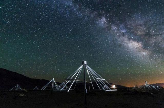 Alcune antenne dell'Owens Valley Long Wavelength Array (OV-LWA) con il centro della Via Lattea sullo sfondo (Immagine cortesia Gregg Hallinan. Tutti i diritti riservati)
