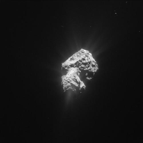 Fotografia della cometa 67P/Churyumov-Gerasimenko scattata il 20 maggio 2015 con lo strumento NavCam della sonda spaziale Rosetta che mostra i getti di gas provenienti dal suo nucleo (Foto ESA/Rosetta/NavCam)