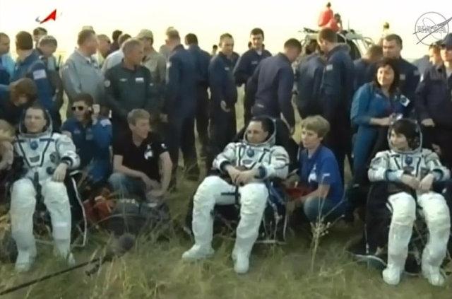 Terry Virts, Anton Shkaplerov e Samantha Cristoforetti assistiti dopo l'atterraggio con la navicella spaziale Soyuz TMA-15M (Foto NASA TV, Anatoly Zak)