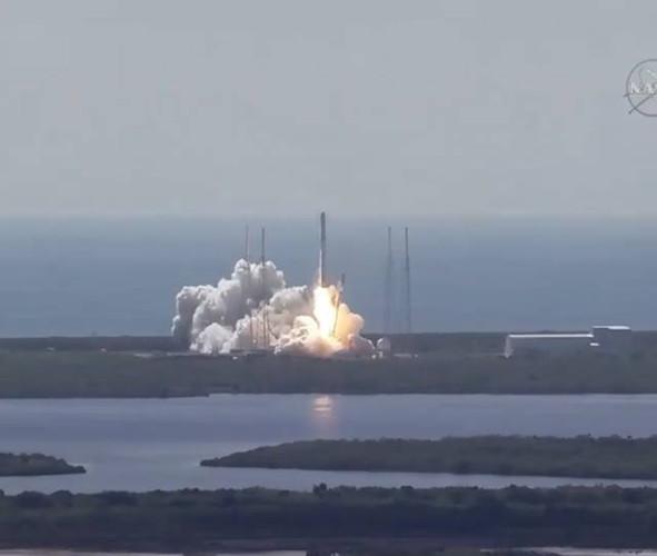 La navicella spaziale Dragon al decollo sul razzo vettore Falcon 9 all'inizio della missione CRS-7 (Immagine NASA)
