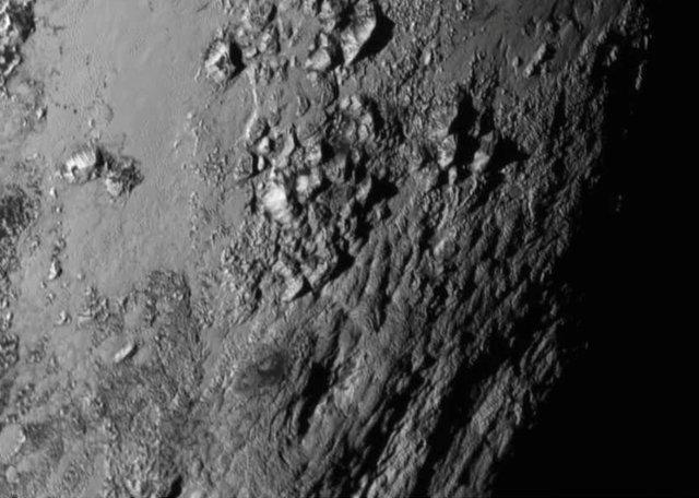 Le montagne su Plutone fotografate nella regione equatoriale dalla sonda spaziale New Horizons (Foto NASA/JHU APL/SwRI)