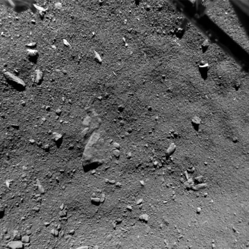 Fotografia dell'area chiamata Agilkia sulla superficie della cometa 67P/Churyumov-Gerasimenko scattata da un'altezza di 9 m dal lander Philae (Foto ESA/Rosetta/Philae/ROLIS/DLR)