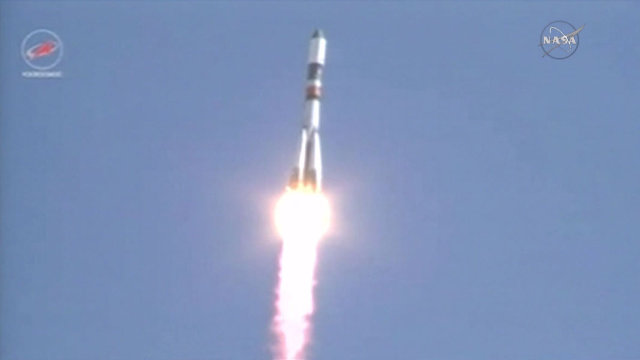 La navicella spaziale russa Progress M-28M al decollo su un razzo vettore Soyuz U (Immagine NASA TV)