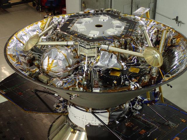 """Il lander InSight nel """"guscio"""" protettivo durante la fase di test (Foto NASA/JPL-Caltech/Lockheed Martin)"""