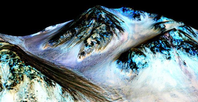 Immagine di striature su pendii del cratere Hale su Marte prodotte da flussi stagionali d'acqua (Immagine NASA/JPL-Caltech/Univ. of Arizona)