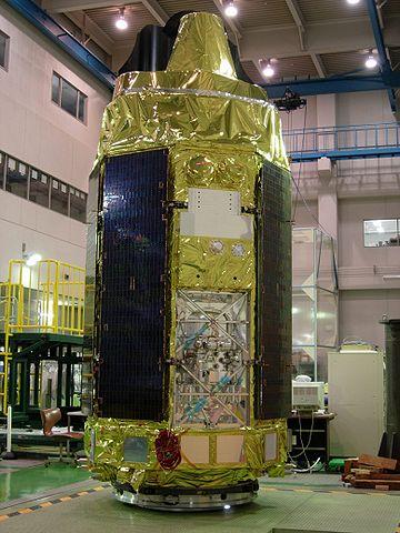 Il satellite Astro-E2, poi diventate Suzaku, durante la fase di test (Foto NASA)