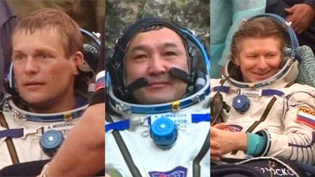 Andreas Mogensen, Aidyn Aimbetov e Gennady Padalka assistiti dopo l'atterraggio con la navicella spaziale Soyuz TMA-16M (Immagine NASA TV)