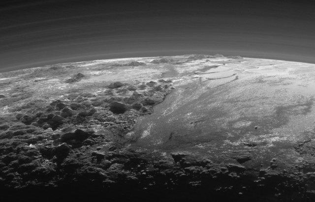 Le montagne e l'atmosfera stratificata di Plutone (Foto NASA/JHUAPL/SwRI)