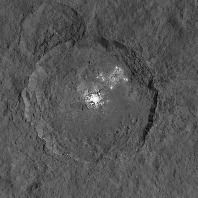 Il cratere Occator e le macchie bianche sul pianeta nano Cerere (Immagine NASA/JPL-Caltech/UCLA/MPS)