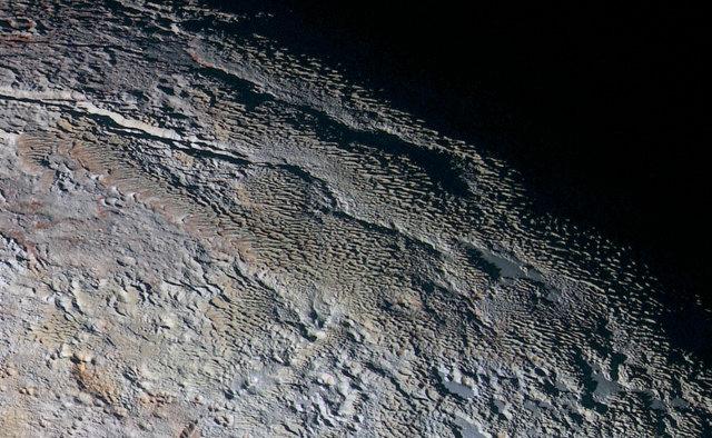 L'area a pelle di serpente chiamata Tartarus Dorsa su Plutone (Immagine NASA/JHUAPL/SWRI)