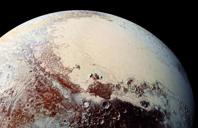 Immagine ad alta risoluzione di Plutone. In alto una parte dell'area a forma di cuore (Foto NASA/JHUAPL/SwRI)