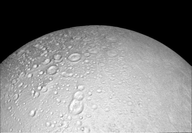 L'area attorno al polo nord di Encelado con i suoi tanti crateri fotografata dalla sonda spaziale Cassini (Foto NASA/JPL-Caltech/Space Science Institute)