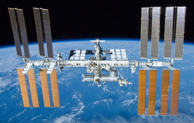 La Stazione Spaziale Internazionale fotografata da un membro dell'equipaggio dello Space Shuttle Atlantis il 23 maggio 2010 (Foto NASA)