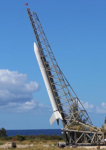 Il razzo vettore Super Strypi sulla rampa di lancio il 23 ottobre 2015 (Foto USAF)
