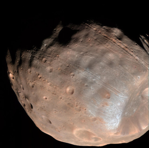 Foto di Phobos che mostra le scanalature sulla superficie (Foto NASA/JPL-Caltech/University of Arizona)
