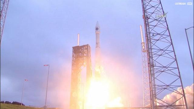 La navicella spaziale Cygnus di Orbital ATK al decollo su un razzo vettore Atlas V all'inizio della missione Orb-4 (Immagine NASA TV)