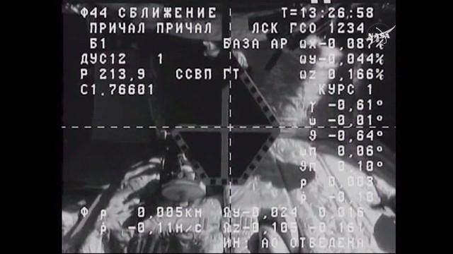 Immagine da una telecamera del cargo spaziale Progress MS-1 che mostra l'attracco sulla Stazione Spaziale Internazionale durante la manovra di avvicinamento (Immagine NASA TV)
