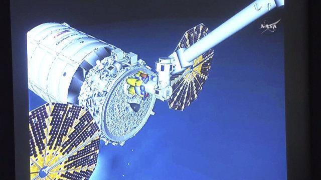 Rendering della navicella spaziale Cygnus al momento in cui viene catturata dal braccio robotico Canadarm2 della Stazione Spaziale Internazionale (Immagine NASA TV)