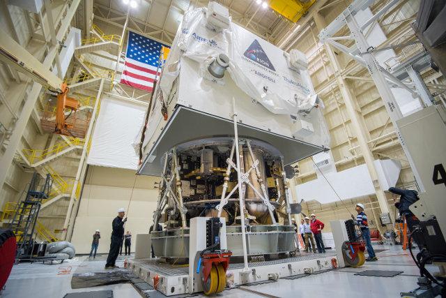 Il modulo di servizio della navicella spaziale Orion costruito dall'ESA durante il trasporto negli USA (Foto NASA)