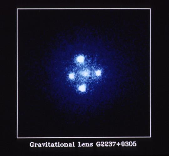 Il quasar quasar Q2237+0305 soprannominato Croce di Einstein fotografato dal telescopio spaziale Hubble (Immagine NASA, ESA e STScI)