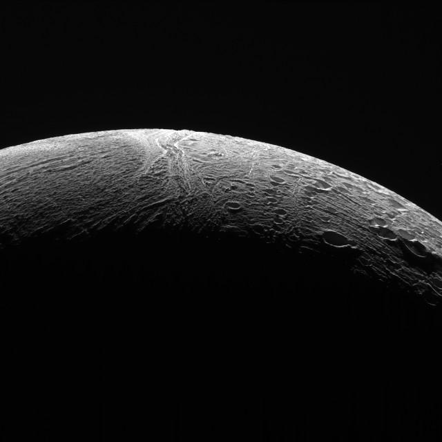 Fotografia dell'area settentrionale di Encelado che mostra il contrasto tra le varie regioni (Immagine NASA/JPL-Caltech/Space Science Institute)