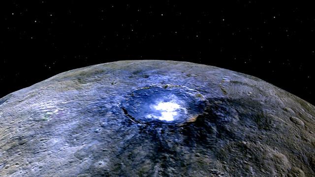 Immagine a falsi colori del cratere Occator che fa risaltare le macchie bianche (Immagine NASA/JPL-Caltech/UCLA/MPS/DLR/IDA)