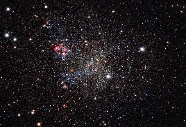 La galassia nana IC 1613 fotografata dalla macchina fotografica OmegaCAM del VST (Immagine ESO)