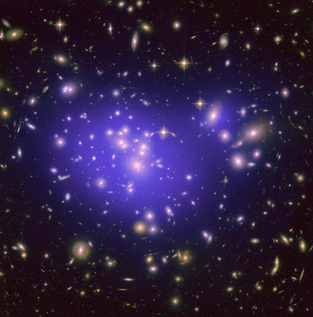 L'ammasso galattico Abell 1689 (Immagine NASA/ESA/JPL-Caltech/Yale/CNRS)