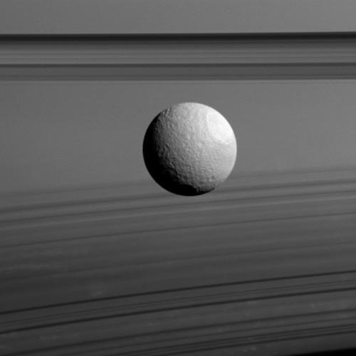 La luna di Saturno Teti con gli anelli del pianeta sullo sfondo (Immagine NASA/JPL-Caltech/Space Science Institute)