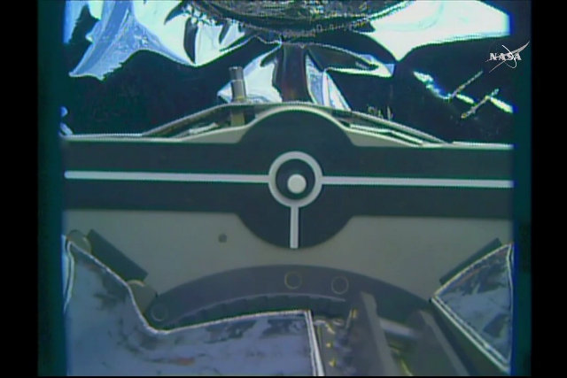 Primo piano del meccanismo di cattura della navicella spaziale Cygnus da parte del braccio robotico Canadarm2 (Immagine NASA TV)