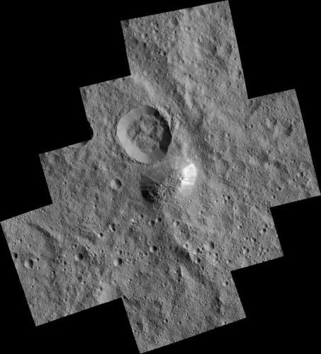 L'area attorno ad Ahuna Mons fotografata dalla sonda spaziale Dawn (Immagine NASA/JPL-Caltech/UCLA/MPS/DLR/IDA