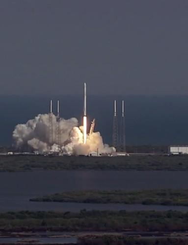 La navicelal spaziale Dragon di SpaceX al decollo su un razzo Falcon 9 nella missione CRS-8 (Immagine NASA TV)