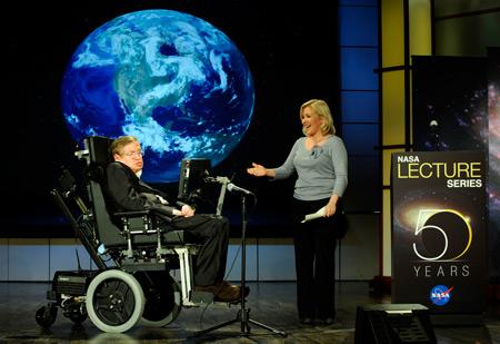 Stephen Hawking con la figlia Lucy nel 2008 in occasione del cinquantesimo anniversario della NASA (Immagine NASA/Paul Alers)