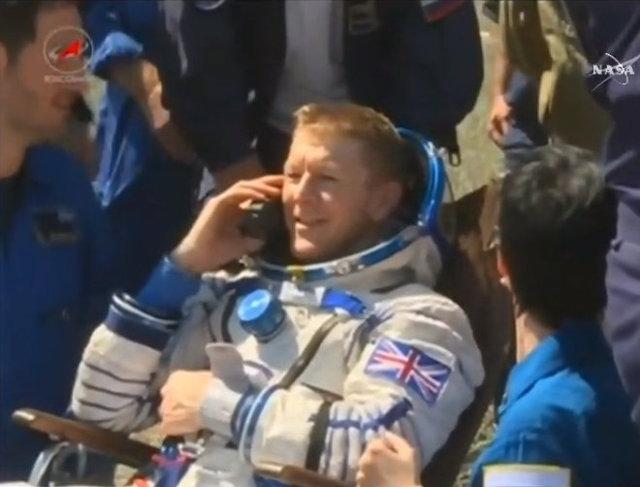 Tim Peake assistito dal personale dopo l'atterraggio (Immagine NASA TV)