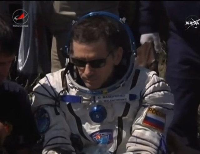Yuri Malenchenko assistito dal personale dopo l'atterraggio (Immagine NASA TV)