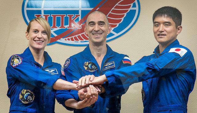 Kate Rubins, Anatoly Ivanishin e Takuya Onishi a una conferenza stampa prima del lancio (Foto NASA/Bill Ingalls)