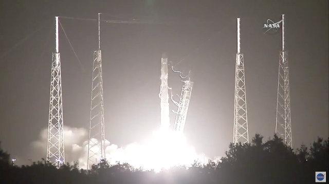 Il cargo spaziale Dragon di SpaceX inizia la sua missione CRS-9 decollando su un razzo Falcon 9 (Immagine NASA)