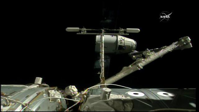 La navicella spaziale Dragon sganciata dal braccio robotico della Stazione Spaziale Internazionale (Immagine NASA TV)