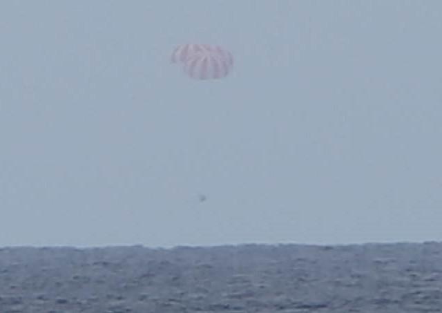 La navicella spaziale Dragon di SpaceX durante la manovra di ammaraggio (Foto cortesia SpaceX)