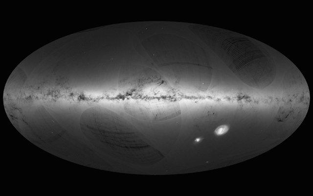 Mappa del cielo realizzata usando i dati raccolti dalla sonda spaziale Gaia. Al centro la Via Lattea, in basso a destra le Nubi di Magellano (Immagine ESA/Gaia/DPAC)
