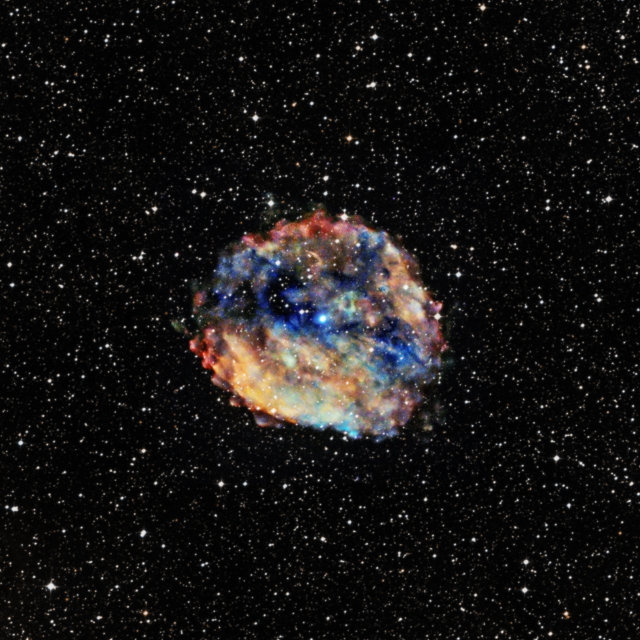 I resti di supernova RCW 103 con al centro la magnetar 1E 1613 (Immagine X-ray: NASA/CXC/University of Amsterdam/N.Rea et al; Optical: DSS)