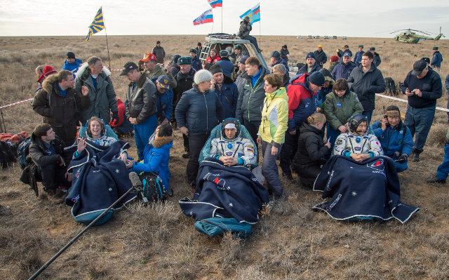 Kate Rubins, Anatoly Ivanishin e Takuya Onishi assistiti dal personale di supporto dopo l'atterraggio (Foto NASA/Bill Ingalls)