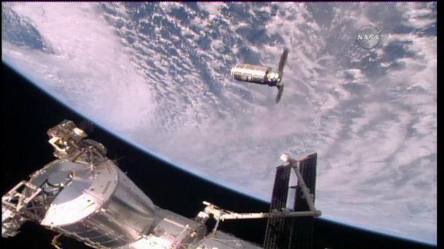 Il cargo spaziale Cygnus di Orbital ATK durante l'approccio alla Stazione Spaziale Internazionale (Immagine NASA TV)