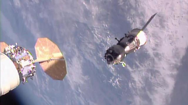 La navicella spaziale Soyuz MS-01 dopo aver lasciato la Stazione Spaziale Internazionale (Immagine NASA TV)
