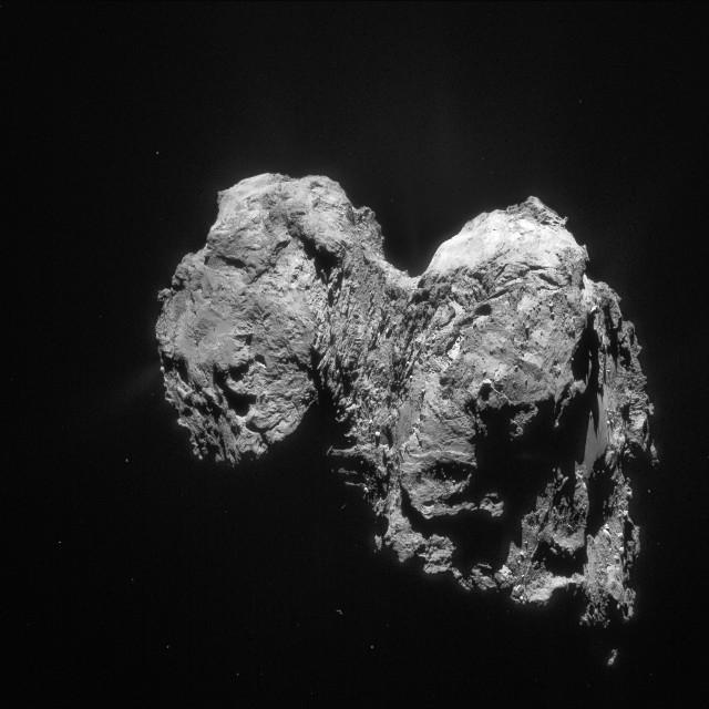 La cometa 67P/Churyumov-Gerasimenko con il suo nucleo a due lobi (Foto ESA/Rosetta/NAVCAM)